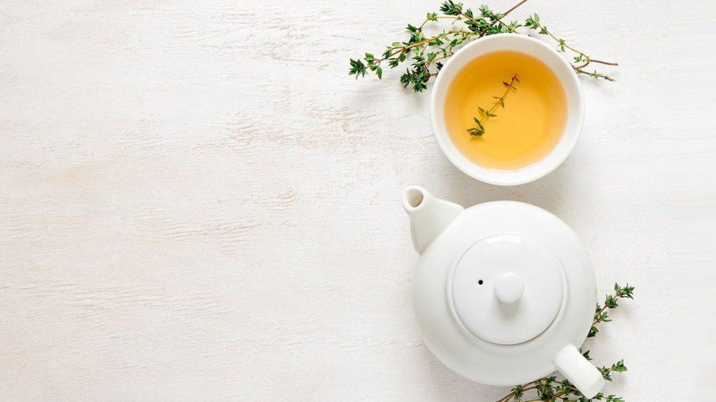 Bule e xícara com chá quente para combater problemas de saúde.