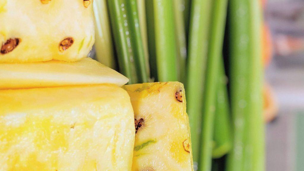 Uma alternativa de saúde com abacaxi e aipo.