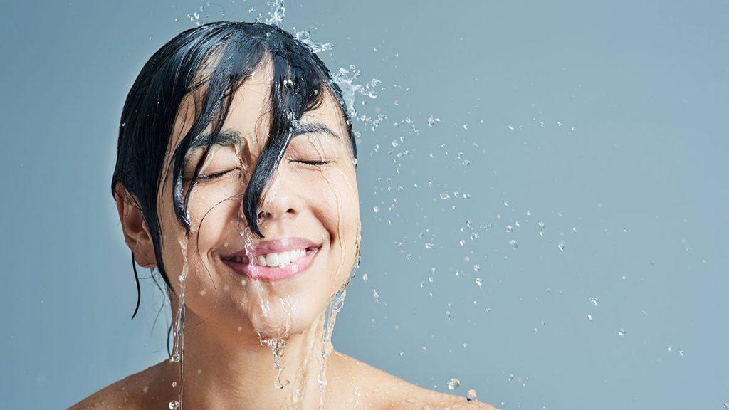 Ducha escocesa é um dos truques que ensinam a perder peso no banho.