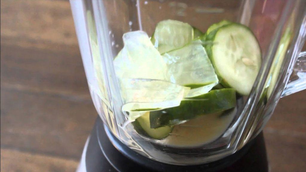 Bebida limpa organismo e elimina a gordura adquirida durante o dia através de produtos naturais como a babosa, limão e gengibre, por exemplo.