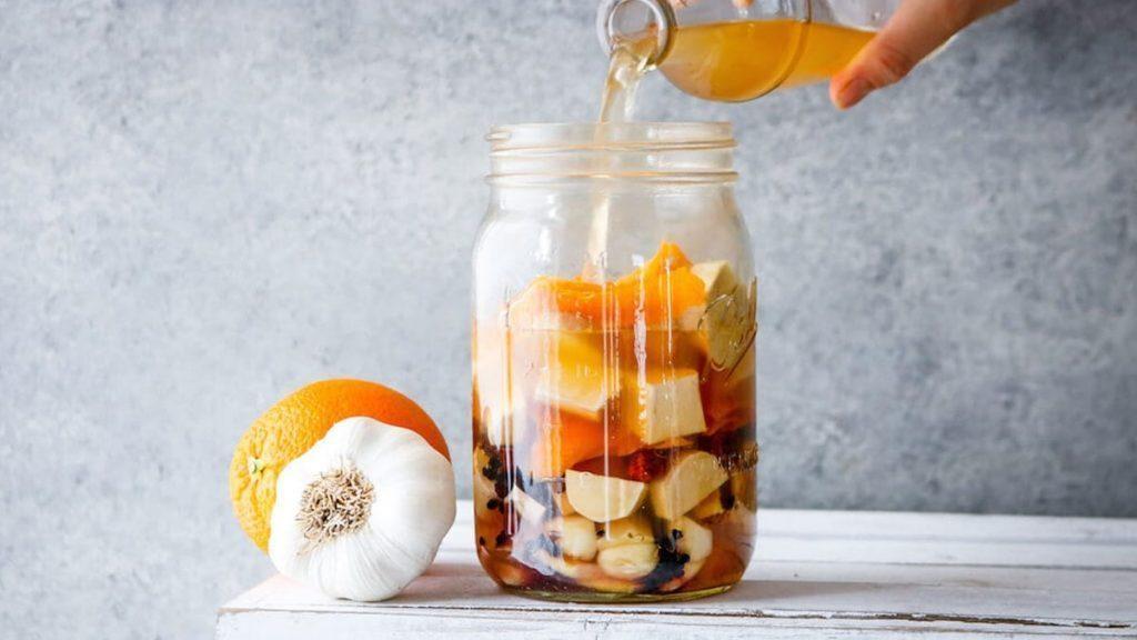 Elimine vírus e infecções com um antibiótico e antiviral natural feito em casa com ingredientes como vinagre de maçã e cúrcuma.