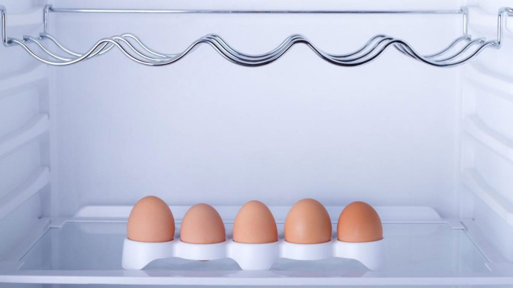 Quem conserva ovos na geladeira acredita que essa é a melhor forma para manter os alimentos seguros, e estudo comprovou o que de fato realmente é melhor.