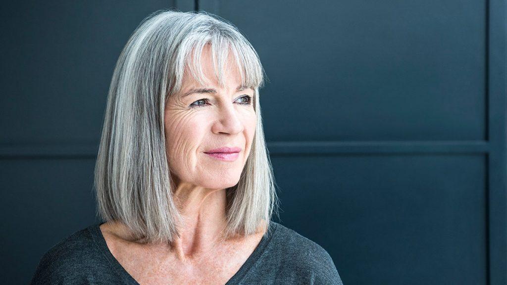 Cientistas indicam que cabelos grisalhos tem relação com o estresse, mas os estudos avaliaram também outras possíveis causas para isso.