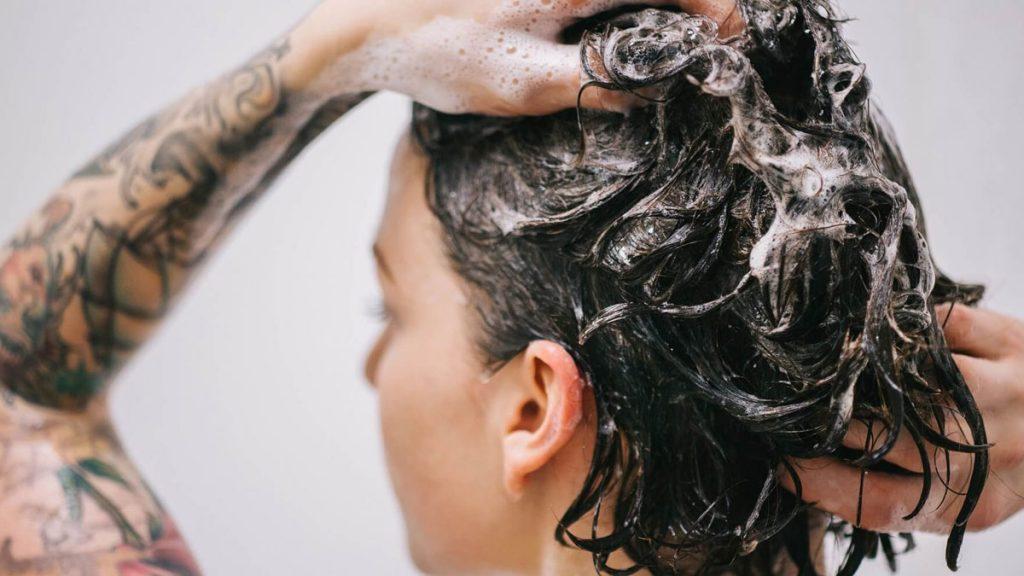 Talvez você lave o cabelo erradamente a vida toda e não sabe, mas post ensina truques simples para tratar melhor os fios e ter cabelos saudáveis e perfeitos!