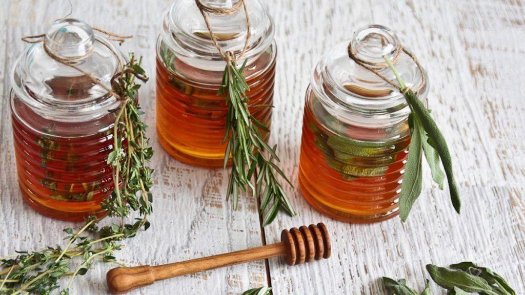 2 ingredientes para limpar pulmões e acabar com a tosse rapidamente podem ser facilmente preparados, usando tomilho seco e mel para isso.